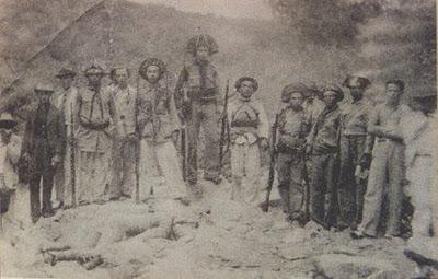 Volante alagoana posando com os corpos dos cangaceiros (Angicos, 1938)